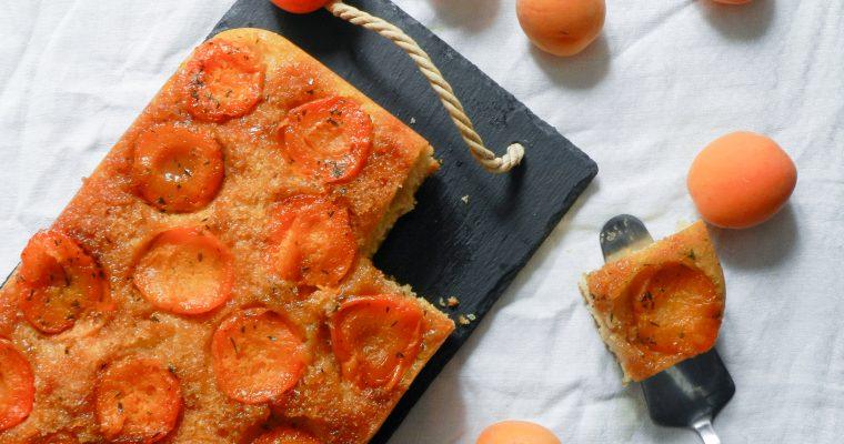 Gâteau renversé aux abricots caramélisés et au thym